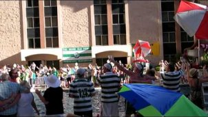 Hunderte Celtic-Fans singen You`ll Never Walk Alone am Pool