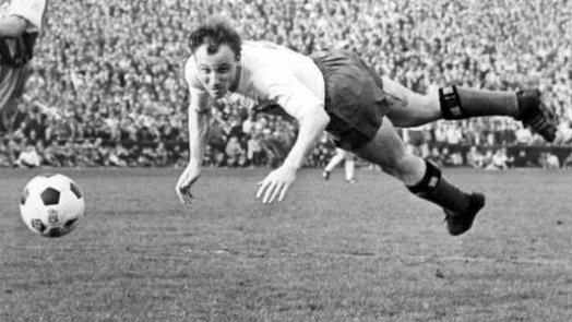 HSV-Legende Harry Bähre gratuliert Uwe Seeler